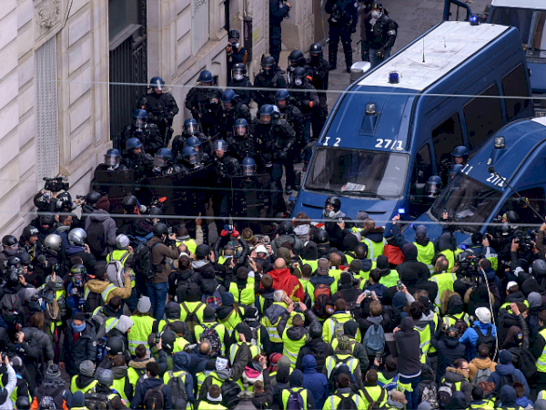 macron8217s-france-hundreds-detained-as-8216yellow-jackets8217-march-on-presidential-palace